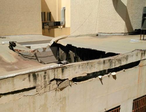 El abandono de las estructuras sanitarias provoca el desprendimiento de la cubierta de la antigua cocina del Hospital del Tórax